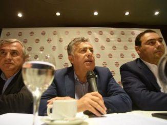 Alfredo Cornejo, presidente del Comité Nacional de laUCR, junto a los gobernadores Gerardo Morales y Gustavo Valdés